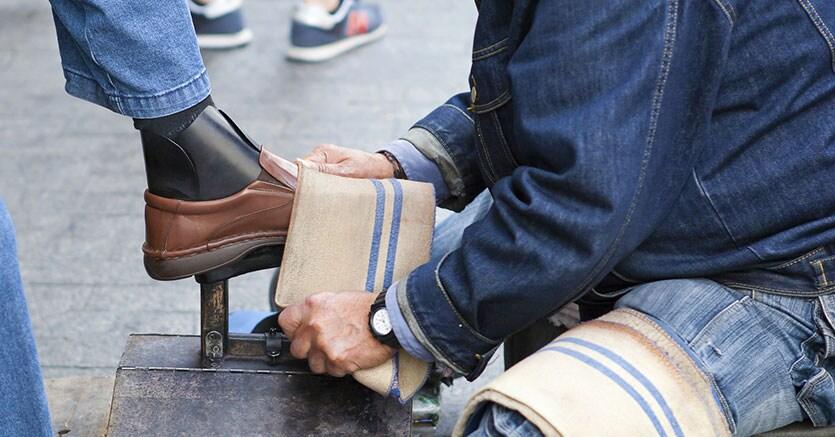Lavoro: 70 aspiranti lustrascarpe a Palermo, Sciuscia' con laurea