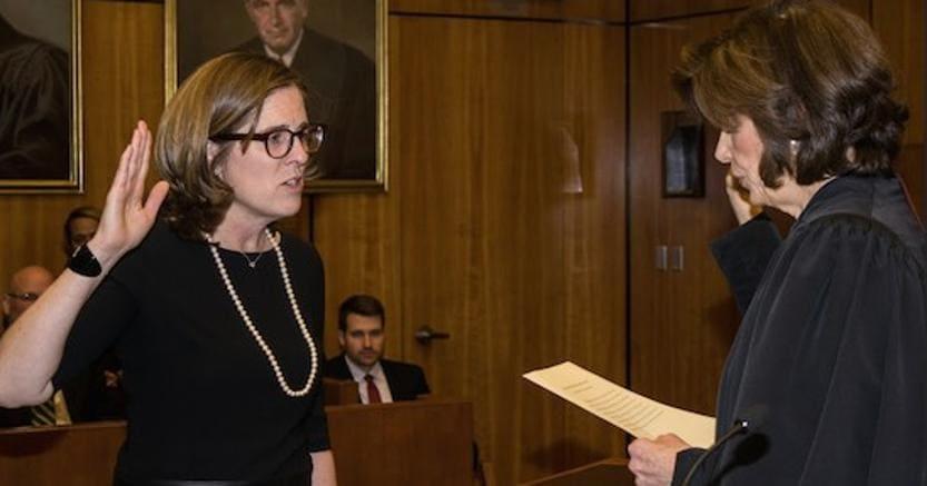 Il giuramento di Ann M. Donnelly. Foto Brooklyn Daily Eagle