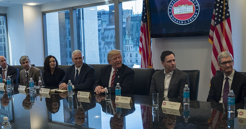 Da sinistra, Jeff Bezos, presidente e ceo di  Amazon, Larry Page, ceo e co-fondatore di Alphabet, Sheryl Sandberg, ceo di  Facebook, il Vice Presidente Mike Pence, Donald Trump, Peter Thiel, co-fondatore di PayPal e Tim Cook, ceo di  Apple (Bloomberg)