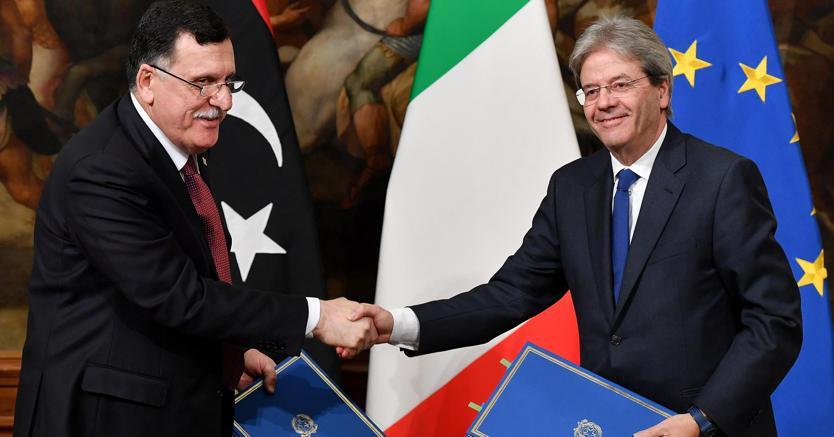 Migranti: Gentiloni firma un accordo con la Libia
