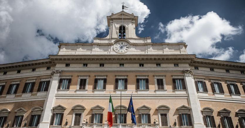 Banche sud e milleproroghe in attesa della manovra bis for Camera dei deputati palazzo montecitorio