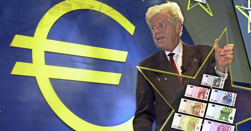 L'allora presidente della Bce, Wim Duisenberg, durante la conferenza stampa di presentazione delle banconote Euro a Francoforte il 30 agosto 2001 (Afp)