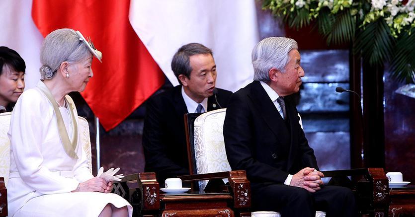 L'imperatore Akihito  con l'imperatrice Michiko (Epa)