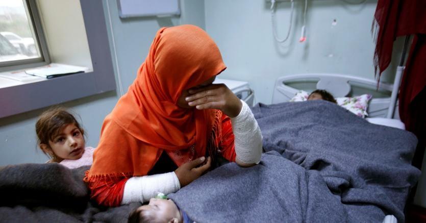 Una mamma all'ospedale di Mosul assiste   sua figlia  Ranmea, in gravi condizioni dopo l'esposizione ad armi chimiche (REUTERS/Azad Lashkari)