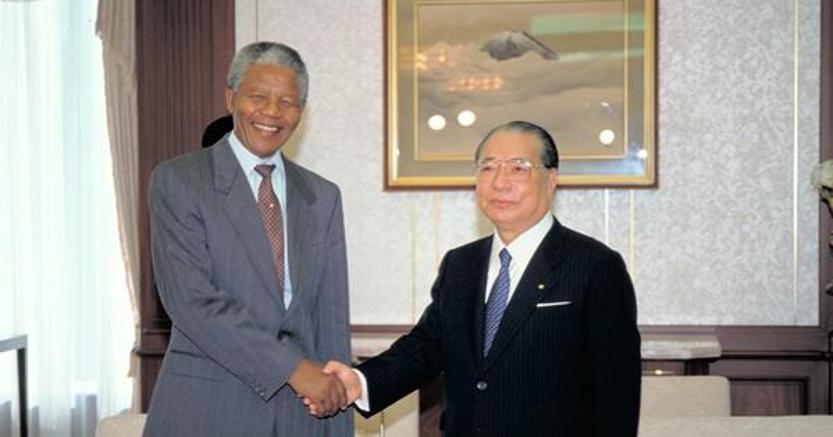Daisaku Ikeda con Nelson Mandela, presidente del Sudafrica (1992)