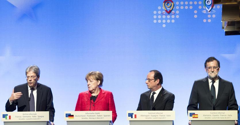 Hollande, l'Ue deve andare avanti a velocità diverse.