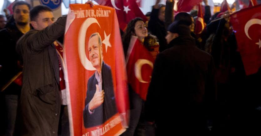 Dimostrazione turca a Rotterdam dopo il no del governo alla visita del ministro Cavusoglu (Ap)
