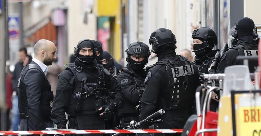 Parigi, due persone sgozzate in strada