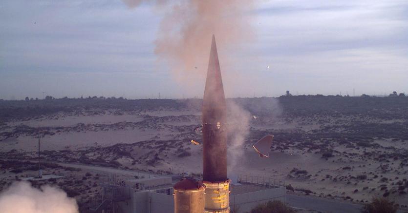 Il lancio  da una base militare israeliana del missile Arrow-3  (Epa)