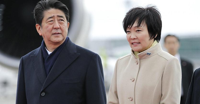 Shinzo Abe e la moglie Akie (Epa)