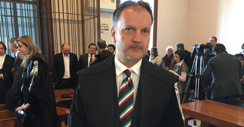 Il Pm del Tribunale di Trani Michele Ruggiero in aula con una cravatta con il tricolore in occasione della sentenza nel processo a S&P (Ansa)