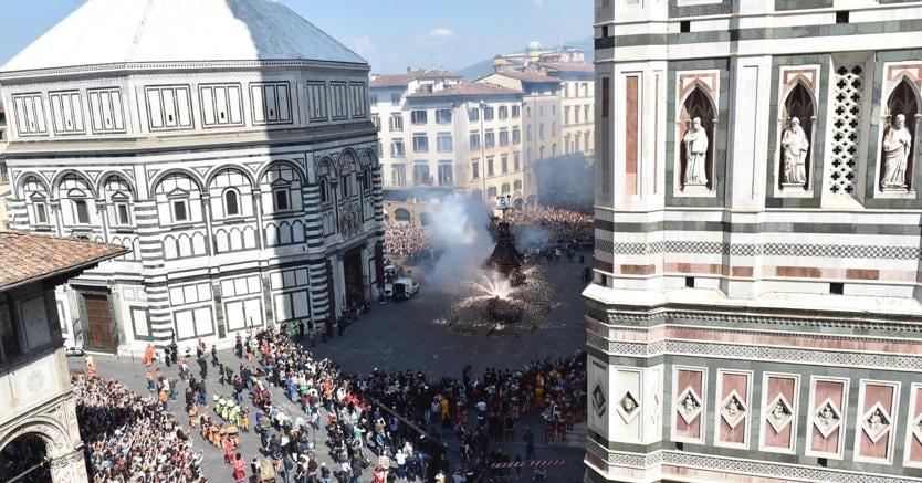 Un momento dello 'Scoppio del carro' davanti al Duomo di Firenze (Ansa)