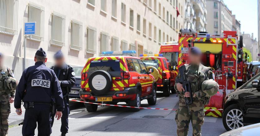 Poliziotti e Vigili del Fuoco in azione ieri a Marsiglia