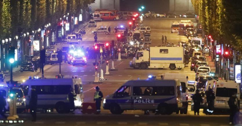 Spari su Champs Elysées: uccisi un poliziotto e l'assalitore
