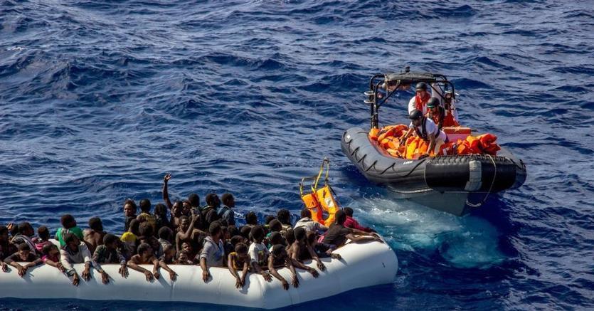 Migranti, duro botta e risposta tra Di Maio e Saviano sui social