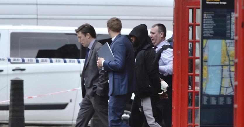 Paura a Londra, arrestato uomo: girava armato di coltelli vicino a Westminster