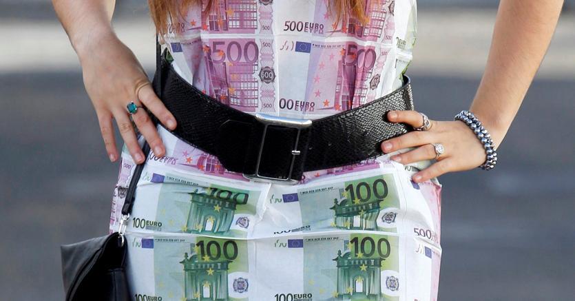 Un vestito stampato con banconote da 100 e 500 euro, a Bordeaux (Reuters)