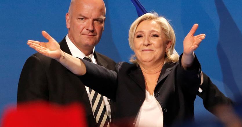 Le Pen, male il dibattito e le lanciano le uova