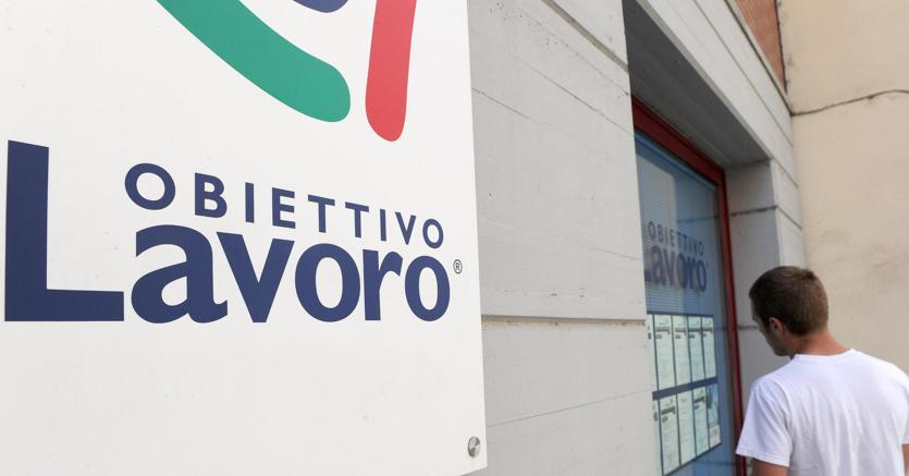 Lavoro, in Italia l'84% lo cerca tramite amici e parenti