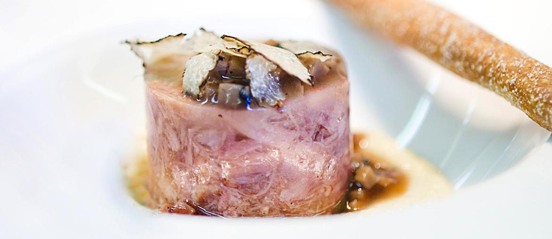 La Simmenthal  del Conca Bella di Vacallo con sedano rapa, salsa verde allo yuzu e noci macadamia