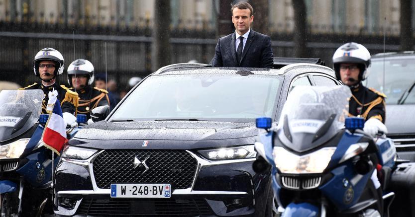 Macron percorre le strade di Parigi con la nuova Ds7 Crossback