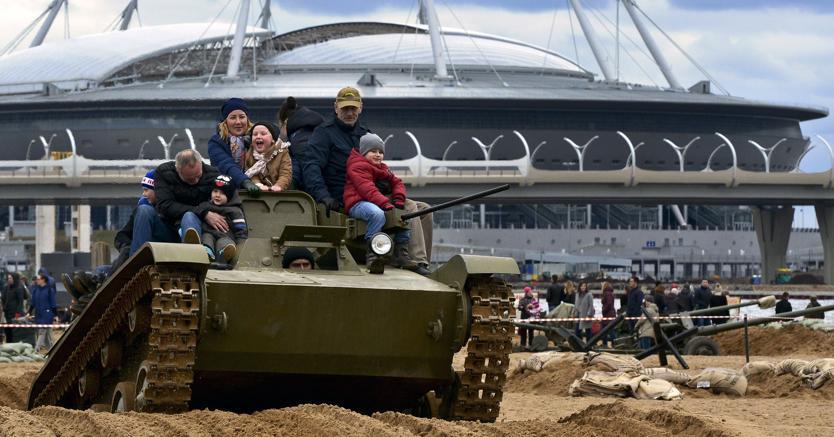 Un veicolo militare in mostra per un festival a San Pietroburgo. Sullo sfondo, il nuovo stadio del calcio