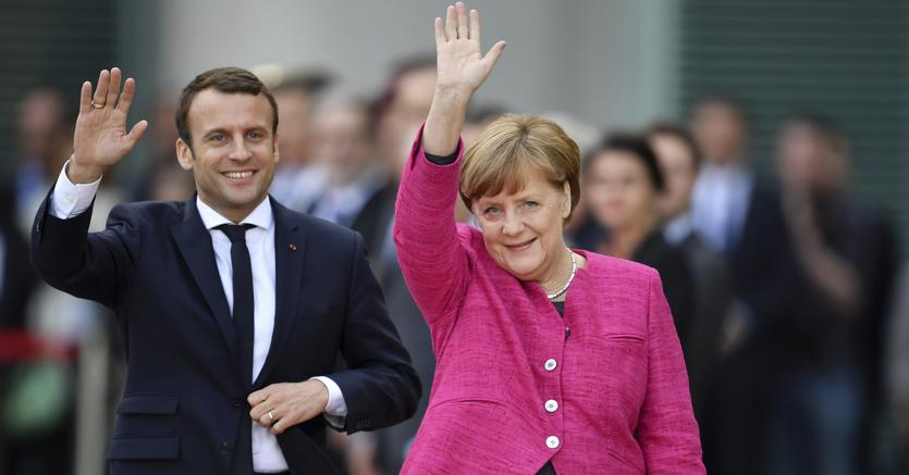 VIDEO Macron da Angela Merkel: Possibile cambiare trattati Ue