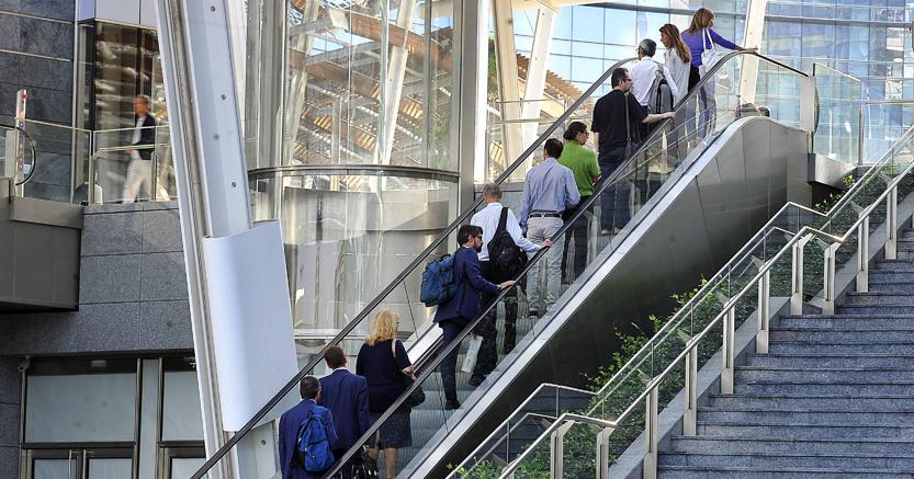 Impiegati e lavoratori in zona Porta Nuova (Fotogramma)