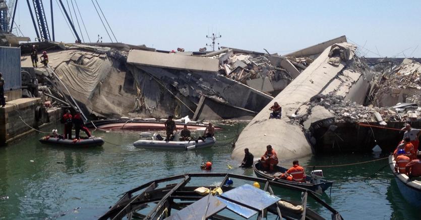 Il crollo della torre piloti del porto di Genova il 7 maggio 2013 (Archivio Ansa)