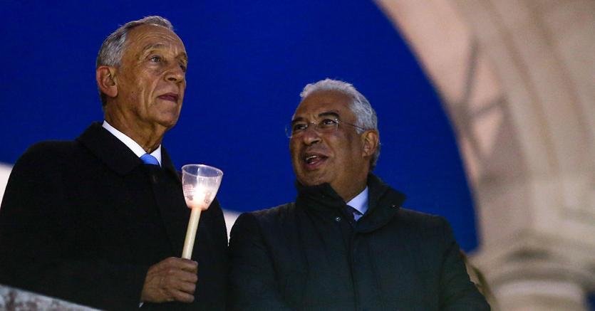 Il presidente del Portogallo, Marcelo Rebelo de Sousa (a sinistra) con il primo ministro Antonio Costa a Fatima