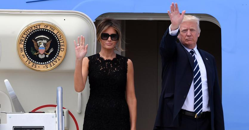 Il presidente Trump e la first lady Melania salutano prima della partenza da Fiumicino (Reuters)