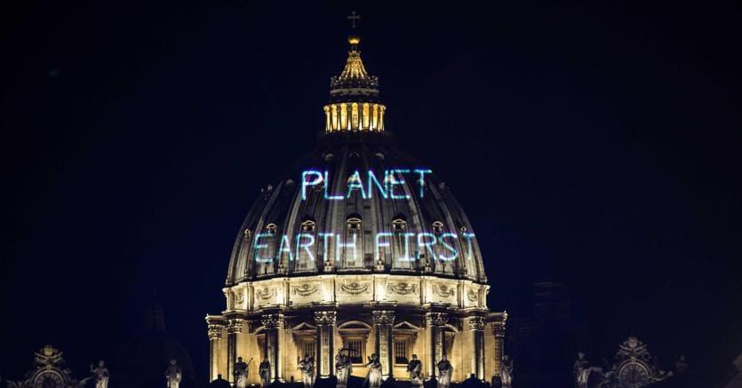 Il messaggio ambientalista proiettato da Greenpeace sulla cupola di San Pietro:il pianeta terra al primo posto