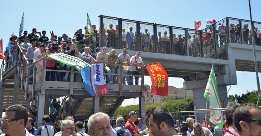 Taranto lo sciopero dei lavoratori dell Ilva per protesta contro il rischio di esuberi