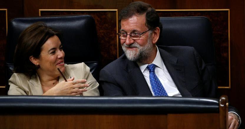 Mariano Rajoy con il vicepremier Soraya Saenz de Santamaria durante il voto sulla Finanziaria in Parlamento