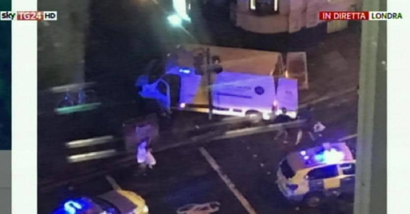 London Bridge, pullmino contro pedoni Testimoni: passanti aggrediti e accoltellati