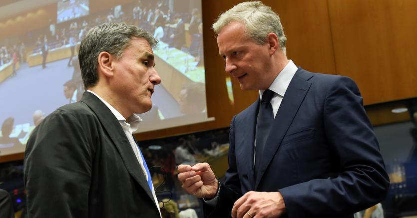 Il ministro greco delle Finanze Euclid Tsakalotos (s) e il ministro dell'Economia francese Bruno Le Maire (Afp)