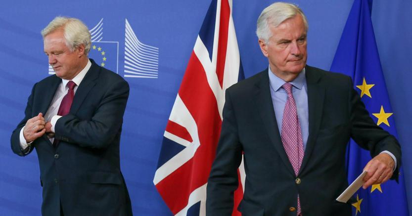 Da sinistra il segretario di Stato per la Brexit David Davis e il capo negoziatore Ue Michel Barnier (Epa)