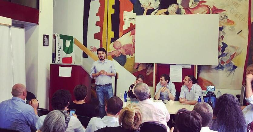 Andrea Casu, durante la campagna elettorale nei circoli  per la segretaria del Pd di Roma