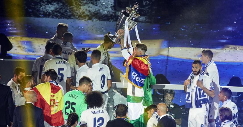 I giocatori del Real Madrid festeggiano la vittoria della Champions League (Olycom)