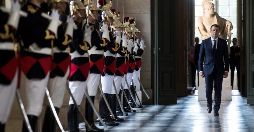Il presidente francese Macron prima del discorso alle Camere riuntite (AFP)