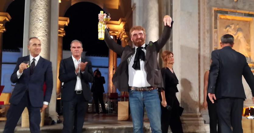 Paolo Cognetti subito dopo la proclamazione del verdetto. Alla sua destra il vincitore dell'edizione 2016 Edoardo Albinati (Ansa)