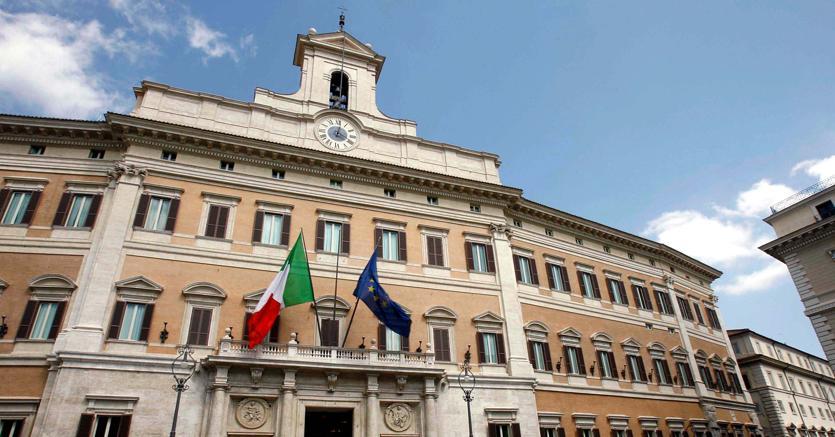Banche Venete, governo pone fiducia. Grillo attacca: scelta fascista