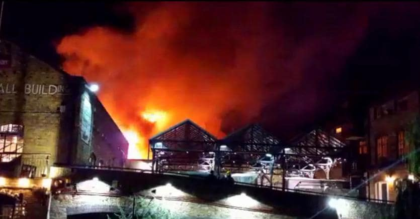 Londra, incendio nella notte a Camden Market, danni ingenti ma nessun ferito