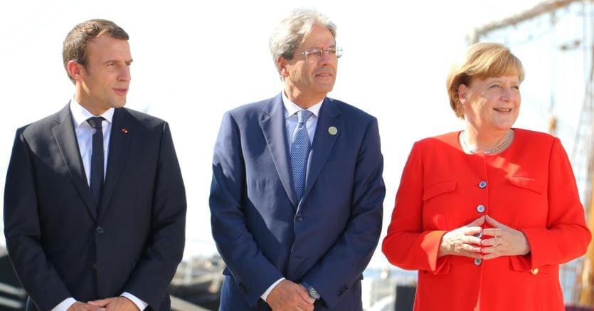 "Trieste. Emmanuel Macron,  Paolo Gentiloni e Angela Merkel sulla goletta ""Palinuro"" della Marina italiana (Ansa)"