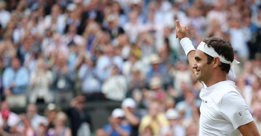Roger Federer festeggia la vittoria in semifinale a Wimbledon