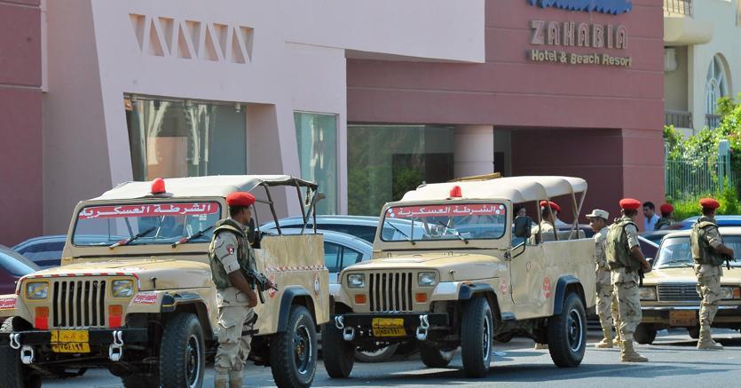 Militari egiziani davanti a uno dei due resort di Hurghada in cui si è verificato l'attacco (EPA)
