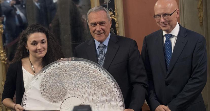 Il presidente del Senato Grasso con il presidente dell'Asp Amici e l'autrice del ventaglio