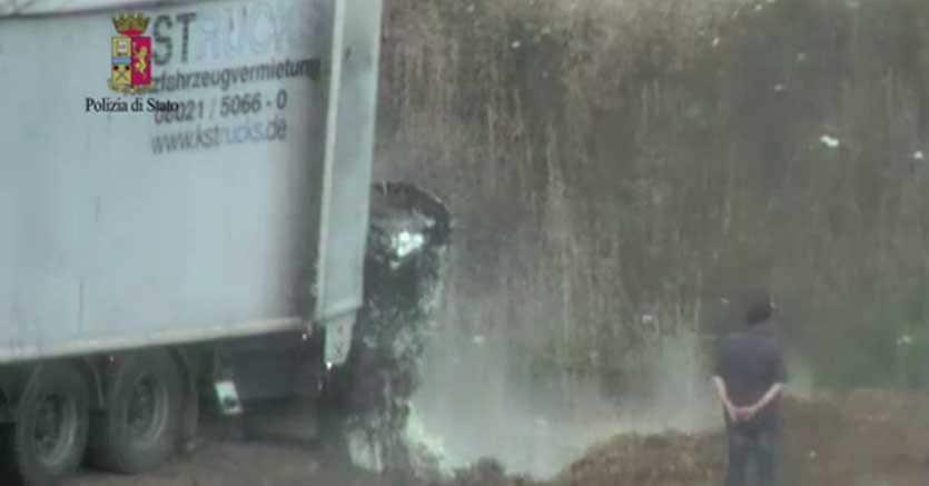 Un frame tratto da un video della Polizia di Stato che mostra lo sversamento di rifiuti tossici nella discarica abusiva di Latina
