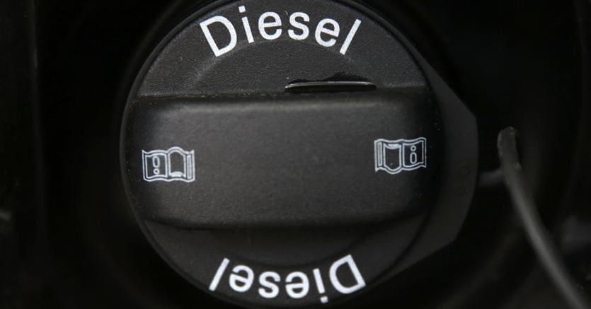 Senato: stop alle vendite di auto a benzina e diesel dal 2040