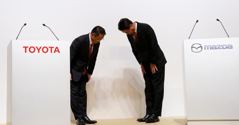 Il presidente di Toyota  Akio Toyoda con il presidente di Mazda  Masamichi Kogai (Reuters)